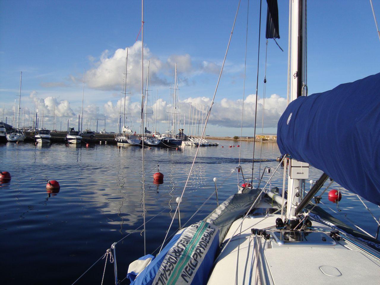 0b74ea0e9f4 Sadamasse kogunenud purjetajad olid äraootavl seisukohal ja enamik arvas,  et võistlus jääb ära. Aga nagu nõiavääl tekkis tuulevirve just ennem kella  viit.